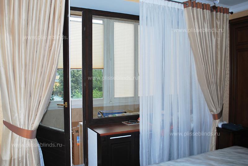 Какие выбрать шторы для спальни с балконной дверью.